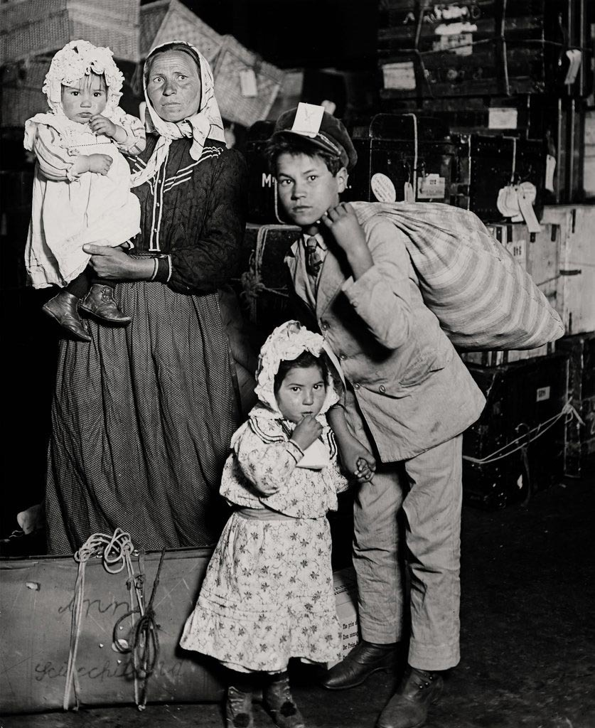 lewis-hine-italian-immigrants-at-ellis-island-new-york-1905-immigrati-italiani-emigrazione-1633164044.jpeg